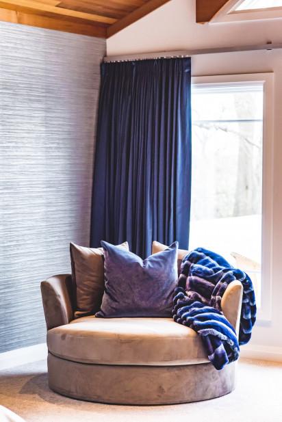 round-accent-chair-blue-fuzzy-blanket