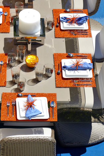 outdoor-dining-table-place-settings-orange-placemats