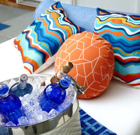 outdoor-patio-design-colorful-accent-pillows
